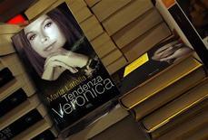 <p>Libro su Veronica Lario in foto d'archivio. REUTERS/Alessandro Bianchi</p>