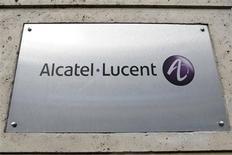 <p>Alcatel-Lucent a enregistré une perte nette de 515 millions d'euros et un recul plus important qu'anticipé de ses ventes au premier trimestre, affecté par des pénuries de stock et un marché des équipements de réseaux télécoms toujours morose. /Photo d'archives/REUTERS/Charles Platiau</p>
