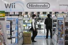 <p>Nintendo fait état d'un bénéfice trimestriel en hausse pour la première fois depuis plus d'un an à la faveur du succès d'un nouveau jeu pour sa console DS mais le groupe japonais dit anticiper une nouvelle baisse de son bénéfice annuel sur l'exercice 2010-2011 en raison d'un ralentissement prévu des ventes de Wii. /Photo prise le 28 janvier 2010/REUTERS/Toru Hanai</p>