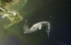 <p>Нефтяное пятно у побережья штата Луизиана 29 апреля 2010 года. Компания BP Plc, полностью взявшая на себя финансовую ответственность за взрыв нефтедобывающей платформы в Мексиканском заливе, собирается накрыть нефтяную скважину гигантским куполом. REUTERS/NASA/Handout</p>