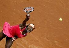 <p>5 maggio 2010. Serena Williams a Roma durante la partita vinta contro Andrea Petkovic. REUTERS/Giampiero Sposito</p>