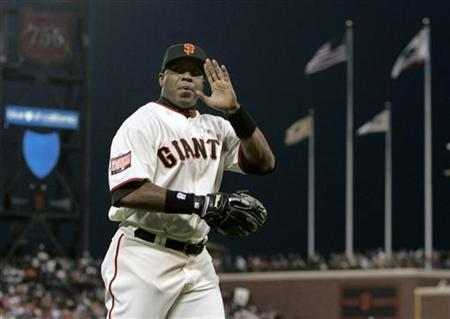 San Francisco Giants' Barry Bonds waves to the crowd after returning to the dugout from his left field position during the Giants MLB National League baseball game against the San Diego Padres in San Francisco, California September 26, 2007 file photo. REUTERS/Robert Galbraith