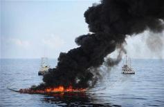<p>5 maggio 2010, punto dove è affondato l'impianto di estrazione nel Golfo del Messico. REUTERS/Jeffery Tilghman Williams/U.S. Navy/Handout</p>
