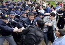 <p>Стычка грузинских полицейских с оппозиционерами в Тбилиси, 6 мая 2010 года. Грузинские полицейские отметили свой первый профессиональный праздник в четверг стычками с оппозицией, которая вновь активизировалась перед назначенными на 30 мая выборами в органы местного самоуправления. REUTERS/Stringer</p>