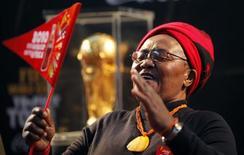 <p>Fã do futebol visita o troféu da Copa do Mundo em Khayelitsha, perto da Cidade do Cabo. Milhares de moradores animados se reuniram nesta sexta-feira na região de Khayelitsha, na Cidade do Cabo, para ver de perto o troféu da Copa do Mundo, no começo da turnê da taça pelo país-sede do Mundial. 07/05/2010 REUTERS/Mike Hutchings</p>