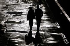 <p>Selon une étude, l'activité sexuelle des Américains âgés de plus de 50 ans est en nette diminution en raison du stress provoqué par la crise économique. /Photo d'archives/REUTERS/Luke MacGregor</p>