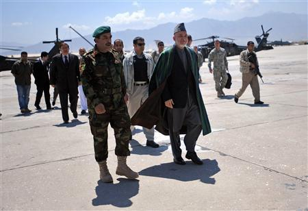 Afghan President Hamid Karzai (C) arrives for a visit at Bagram Airfield May 8, 2010. REUTERS/Massoud Hossaini/Pool