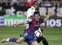 <p>Krkic chuta contra o Sevilla. O Real Madri se recusa a aceitar que perdeu o Campeonato Espanhol para o Barcelona e está torcendo para que o ameaçado pelo rebaixamento Real Valladolid possa ajudá-los na disputa pelo título.08/10/2010.REUTERS/Javier Barbancho</p>