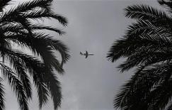 <p>Un aereo all'atterraggio all'aeroporto di Nizza. REUTERS/Eric Gaillard</p>