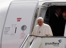 <p>11 maggio, Papa Benedetto XVI scende dall'aereo appena atterrato a Lisbona. REUTERS/Jose Manuel Ribeiro</p>