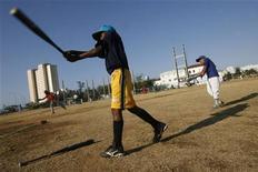 <p>Imagen de archivo de un niño cubano durante un entrenamiento de béisbol en La Habana. Mar 10 2009. Puede que sus gobiernos sean enemigos, pero un documental muestra que en el campo de béisbol los niños de Cuba y Estados Unidos hablan el mismo idioma. REUTERS/Enrique De La Osa/Archivo</p>