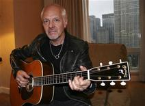 <p>Imagen de archivo del guitarrista Peter Frampton, posando para una fotografía en la habitación de un hotel en Nueva York. Abr 26 2010. Sin su dorada y larga melena y con 60 años recién cumplidos, Peter Frampton siente que ha redescubierto la creatividad que lo hizo ser uno de los grandes del rock. REUTERS/Steve James/ARCHIVO</p>