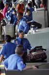 <p>Addetti alla sicurezza aeroportuale controllano i bagagli dei passeggeri all'imbarco, Aeroporto internazionale di Los Angeles REUTERS/Mario Anzuoni</p>