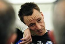 <p>John Terry do Chelsea fala com a mídia durante coletiva de imprensa no local de treino da equipe, na Inglaterra. O zagueiro foi submetido a uma exame no pé direito após uma pancada durante um treino. 13/05/2010 REUTERS/Kieran Doherty</p>