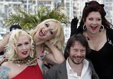 """<p>Diretor Mathieu Amalric eas atrizes do filme """"Ou Tour"""" no Festival de Cannes. Amalric lidera uma trupe de veteranas dançarinas do teatro burlesco em um """"road movie"""" que percorre o interior da França. 13/05/2010 REUTERS/Vincent Kessler</p>"""