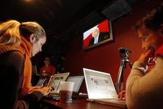 <p>Alcuni blogger al lavoro. REUTERS/Jessica Rinaldi/Files</p>