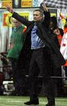 <p>O técnico do Inter de Milão, José Mourinho, durante jogo contra o Chievo. Mourinho está certo de que comandará algum grande clube espanhol, mas ainda não divulgou quando pretende fazer a mudança. 09/05/2010 REUTERS/Alessandro Garofalo</p>