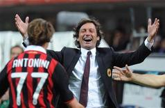 <p>O técnico do Milan, Leonardo, comemora o gol de Luca Antonini no jogo contra o Juventus. 15/05/2010 REUTERS/Paolo Bona</p>