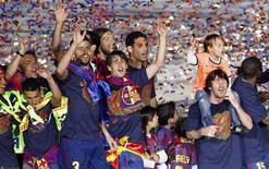 <p>Jogadores do Barcelona comemoram após vencer seu segundo título consecutivo do Campeonato Espanhol depois de golear o Valladolid por 4 x 0. 16/05/2010 REUTERS/Albert Gea</p>