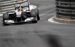 <p>Michael Schumacher realiza curva na terceira sessão de treino livro do GP de Mônaco da Fórmula 1. Schumacher reviveu velhas memórias pelas razões erradas neste domingo ao perder o sexto lugar por uma ultrapassagem ilegal sobre Fernando Alonso, da Ferrari, na última curva do GP de Mônaco. 15/05/2010 REUTERS/Max Rossi</p>
