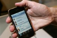 <p>O iPhone é exibido em Las Vegas. O banco britânico Standard Chartered está substituindo o Blackberry, no momento seu dispositivo padronizado de comunicações, pelo iPhone, uma decisão que pode resultar na adoção do aparelho da Apple por milhares de executivos do setor bancário.05/01/2010.REUTERS/Steve Marcus</p>