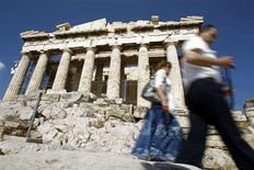 <p>Tourists walk past the Parthenon on Acropolis hill in Athens, May 18, 2010. REUTERS/Pascal Rossignol</p>