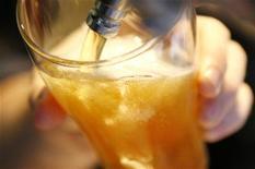 <p>Bicchiere di birra in foto d'archivio. REUTERS/Daniel Munoz</p>