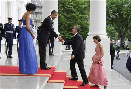 President Obama and first lady Michelle Obama welcome President of Mexico Felipe Calderon and his wife Margarita Zavala for a state dinner in their honor at the White House, May 19, 2010. REUTERS/Jonathan Ernst