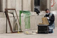 <p>Policial forense francês conduz investigação na frente do Musée d'Art Moderne de la Ville de Paris, onde cinco obras de Pablo Picasso, Fernand Leger, Henri Matisse, Georges Braque e Amedeo Modigliani no valor de 500 milhões de euros foram roubadas, 20 de maio de 2010. REUTERS/Benoit Tessier</p>