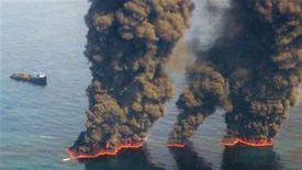 <p>Chiazze di petrolio in fiamme. REUTERS/Chief Petty Officer John Kepsimelis/U.S. Coast Guard/Handout</p>