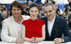 "<p>Diretor francês Olivier Assayas (dir), atores Nora Von Waldstatten (centro) e Edgar Ramirez (esq) no Festival de Cannes promovendo o filme ""Carlos. 20/05/2010 REUTERS/Eric Gaillard</p>"