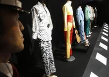 <p>Imagen de archivo de un guardia de seguridad junto a una serie de trajes que el fallecido cantante Michael Jackson vistió en sus conciertos, en una exhibición del artista en Tokio. Nov 9 2009. ¿Quieres pasar una noche con artículos de Michael Jackson? La promotora japonesa de una colección de sus pertenencias exhibida en Tokio puede hacer ese sueño realidad en el primer aniversario de la muerte del ícono pop. REUTERS/Yuriko Nakao/ARCHIVO</p>