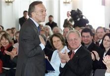 <p>Il maestro Claudio Abbado (al centro in piedi). REUTERS/Alexandra Winkler</p>