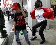 """<p>Мальчики танцуют на фестивале в честь Майкла Джексона в Токио 23 мая 2010 года. Похоже, дух поп-звезды Майкла Джексона вселился в четырехлетнего китайского мальчика. Спустя почти год после смерти """"короля поп-музыки"""" новый вундеркинд танца отправляется покорять мир. REUTERS/Kim Kyung-Hoon</p>"""