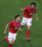 <p>Ji Sung (esq) da Coreia do Sul e seu colega Yeom Ki Hun comemoram depois de um gol contra o Japão durante um amistoso em Saitama. O capitão Park Ki-sung inspirou a Coreia do Sul na vitória por 2 x 0 sobre o arquirrival Japão nesta segunda-feira. 24/05/2010 REUTERS/Kim Kyung-Hoon</p>
