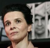 <p>Imagen de archivo de la actriz Juliette Binoche, en una conferencia de prensa sobre el detenido director iraní Jafar Panahi, mientras se muestra una imagen de él en el Festival de Cine de Cannes. Mayo 19 2010. Los tribunales iraníes han accedido a liberar bajo fianza al director de cine Jafar Panahi, que lleva más de una semana en huelga de hambre en la prisión de Evin en Teherán, según citó el lunes a un fiscal. REUTERS/Jean-Paul Pelissier/ARCHIVO</p>
