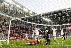 <p>Peter Crouch marca gol na vitória da Inglaterra por 3 x 1 sobre o México em amistoso antes da Copa do Mundo. REUTERS/ Eddie Keogh</p>