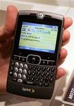 <p>Uno smartphone della Motorola con sistema operativo Windows REUTERS/Steve Marcus</p>