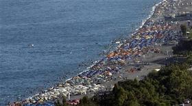 <p>Туристы на пляже в Анталье 7 июля 2007 года. Все больше российских туристов едут в Турцию на отдых, что говорит о готовности людей тратить больше денег на развлечения. REUTERS/Fatih Saribas</p>