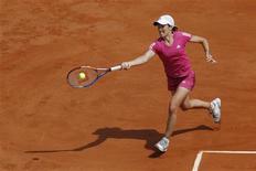 """<p>Henin devolve bola em Paris. A tenista belga Justine Henin voltou na terça-feira ao torneio que descreve como o seu """"quintal"""", e descobriu que as coisas não mudaram muito na sua longa ausência, embora o seu jogo ainda necessite de alguns ajustes.25/05/2010.REUTERS/Benoit Tessier</p>"""