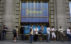 <p>File d'attente devant une boutique Telefonica, à Madrid. Le groupe téléoms espagnol fait pression sur les actionnaires étrangers de Portugal Telecom afin d'obtenir leur soutien à son offre de prise de contrôle de la coentreprise brésilienne des deux groupes, Vivo, selon des sources proches de la situation. /Photo d'archives/REUTERS/Susana Vera</p>
