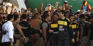<p>Torcedores reagem com Kaká e Robinho após treino em Curitiba. REUTERS/Paulo Whitaker</p>