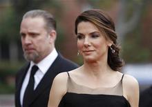 <p>Atriz Sandra Bullock (dir) e seu ex-marido Jesse James no NAACP Image Awards em Los Angeles. James disse que a atriz de Hollywood provavelmente suspeitava que ele tinha casos extraconjugais durante o casamento de cinco anos. 26/02/2010 REUTERS/Danny Moloshok</p>