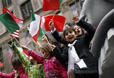 <p>Bambini con bandiere italiane in foto d'archivio. REUTERS/Mike Segar</p>