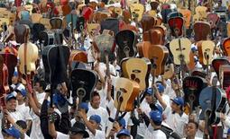 "<p>Guitarists hold their guitars at a stadium in Shillong, the capital of India's northeastern state of Meghalya, October 26, 2007. Hundreds of guitarists played Bob Dylan's ""Knocking on Heaven's Door"" in India's remote northeastern hills on Friday, attempting to break the world record for the largest guitar ensemble. REUTERS/Utpal Baruah</p>"