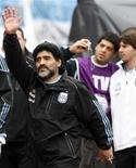 <p>El entrenador Diego Maradona saluda tras un partido amistoso contra Canadá en Buenos Aires. Mayo 24 2010. El director técnico argentino Diego Maradona prometió desnudarse en el Obelisco, monumento histórico de Buenos Aires, si su selección de fútbol gana el Mundial de Sudáfrica. REUTERS/Santiago Pandolfi</p>