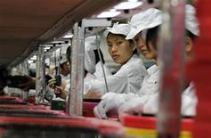 <p>Operaie lavorano alla catena di montaggio della Foxconn a Longhua, in Cina. REUTERS/Bobby Yip (CHINA - Tags: BUSINESS EMPLOYMENT)</p>