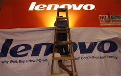 <p>Lenovo, quatrième fabricant mondial de micro-ordinateurs, a renoué avec les bénéfices au quatrième trimestre de son exercice 2009-2010 à la faveur d'une croissance soutenue en Chine et d'une reprise de la demande en provenance des entreprises mais ses résultats sont inférieurs aux attentes des analystes financiers. /Photo prise le 3 mars 2010/REUTERS/Beawiharta</p>