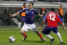 <p>Игрок сборной Франции Матье Вальбуэна (слева) пытается обыграть Кристиана Гамбоа из команды Коста-Рики в товарищеском матче в Лансе 26 мая 2010 года. Дебютант сборной Франции Матье Вальбуэна принес своей команде победу в товарищеском матче против Коста-Рики, который подопечные Раймона Доменека выиграли со счетом 2-1. REUTERS/Charles Platiau</p>