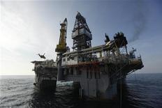<p>Буровая платформа Development Driller III в Мексиканском заливе 11 мая 2010 года. Правительство США приостановило работу 33 установок для глубоководного разведочного бурения в целях повышения безопасности. REUTERS/Gerald Herbert/Pool</p>